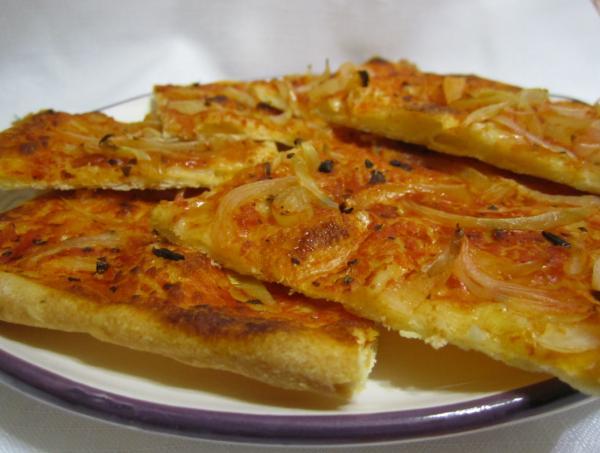 пицца с луком на тарелке