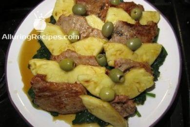 телятина с ананасом и оливками на подушке из шпината