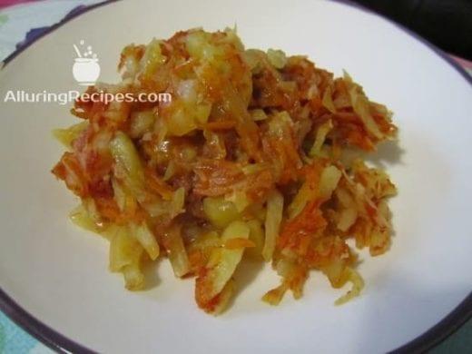 Блюдо из картошки с мясом, капустой и морковью в томате