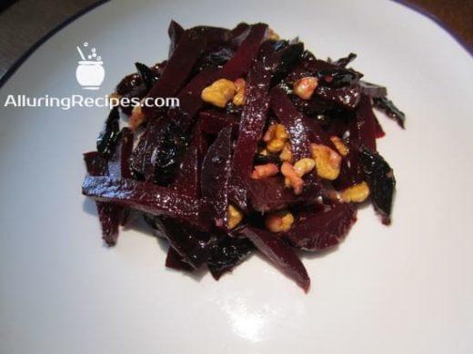 фотография салата из свеклы, грецких орехов и чернослива